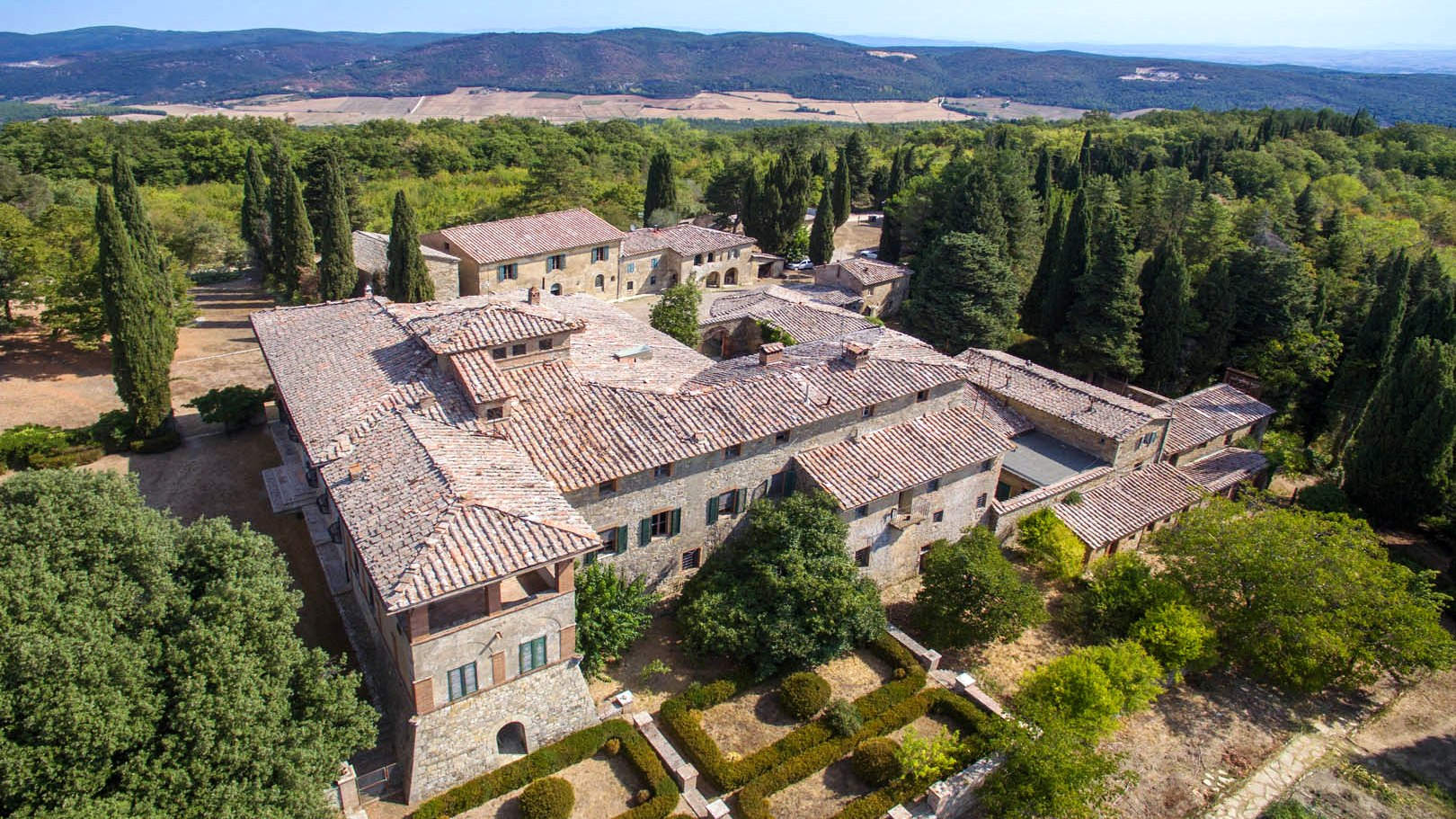 BEAUTIFUL HAMLET FOR SALE IN SIENA, TUSCANY